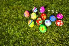Uova di Pasqua variopinte in erba verde Immagini Stock Libere da Diritti