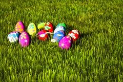Uova di Pasqua variopinte in erba verde Fotografie Stock Libere da Diritti