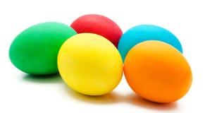 Uova di Pasqua variopinte isolate sopra bianco Fotografie Stock