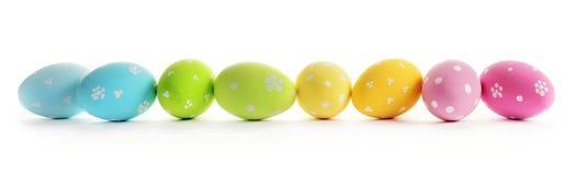 Uova di Pasqua Variopinte isolate su priorità bassa bianca fotografie stock libere da diritti