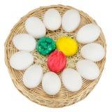 Uova di Pasqua Variopinte isolate su priorità bassa bianca Immagini Stock Libere da Diritti