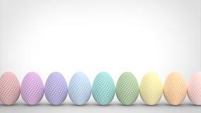 Uova di Pasqua Variopinte isolate su priorità bassa bianca Fotografia Stock