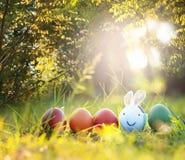 Uova di Pasqua variopinte in natura Immagini Stock