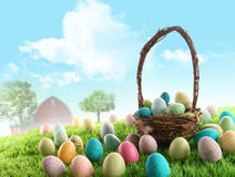Uova di Pasqua variopinte nel campo di erba Fotografia Stock