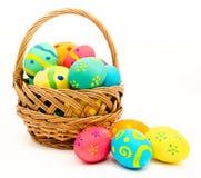 Uova di Pasqua variopinte nel canestro isolato su un bianco Fotografie Stock Libere da Diritti