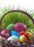 Uova di Pasqua variopinte nel cestino Immagine Stock Libera da Diritti