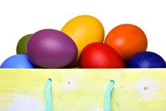 Uova di Pasqua Variopinte nel sacchetto del regalo Fotografia Stock Libera da Diritti