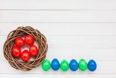 Uova di Pasqua variopinte in nido fotografia stock libera da diritti