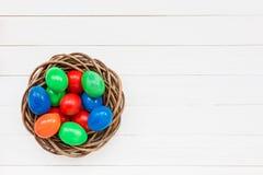 Uova di Pasqua variopinte in nido Fotografie Stock