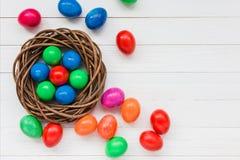 Uova di Pasqua variopinte in nido o fotografie stock libere da diritti