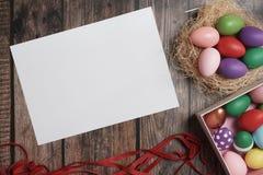 uova di Pasqua variopinte di Piano-disposizione sullo copia-spazio di legno della tavola fotografie stock