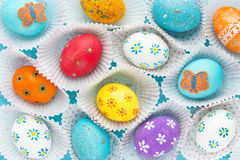 Uova di Pasqua variopinte, progettazione dell'uovo di Pasqua di divertimento Immagine Stock