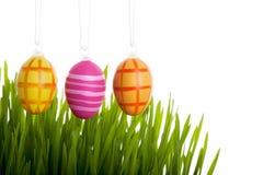 Uova di Pasqua Variopinte sopra l'erba Fotografia Stock