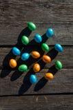Uova di Pasqua variopinte su baskground di legno fotografie stock libere da diritti