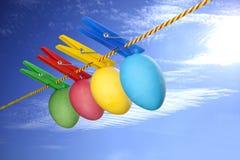 Uova di Pasqua variopinte su cielo blu Fotografia Stock