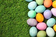 Uova di Pasqua Variopinte su erba Fotografia Stock