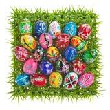 Uova di Pasqua Variopinte su erba verde Immagine Stock
