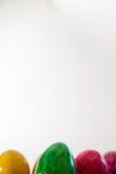 Uova di Pasqua Variopinte su fondo bianco Fotografia Stock