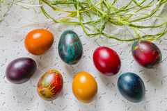 Uova di Pasqua Variopinte su fondo bianco Fotografie Stock Libere da Diritti