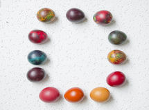 Uova di Pasqua Variopinte su fondo bianco Fotografie Stock