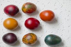 Uova di Pasqua Variopinte su fondo bianco Immagini Stock Libere da Diritti
