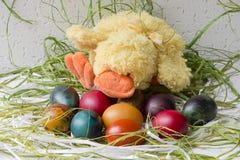 Uova di Pasqua Variopinte su fondo bianco Immagine Stock