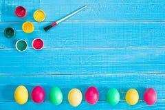 Uova di Pasqua variopinte su fondo di legno rustico blu Immagini Stock Libere da Diritti