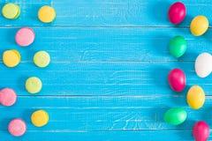 Uova di Pasqua variopinte su fondo di legno rustico blu Fotografia Stock