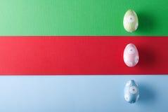 Uova di Pasqua variopinte su un fondo variopinto Immagine Stock Libera da Diritti