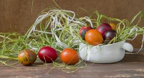Uova di Pasqua Variopinte sulla tabella di legno Immagini Stock Libere da Diritti
