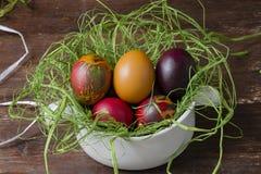 Uova di Pasqua Variopinte sulla tabella di legno Fotografia Stock Libera da Diritti