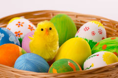 Uova di Pasqua variopinte in un canestro Fotografie Stock Libere da Diritti