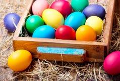 Uova di Pasqua Variopinte in una casella Fotografia Stock Libera da Diritti