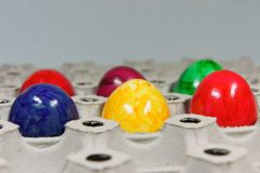 Uova di Pasqua variopinte - vassoio dell'uovo Fotografie Stock