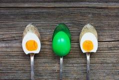 Uova di Pasqua in vecchi cucchiai Immagine Stock Libera da Diritti