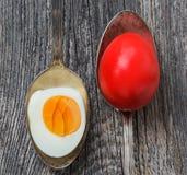 Uova di Pasqua in vecchio cucchiaio d'argento su fondo di legno immagine stock