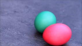 Uova di Pasqua verde e rosso archivi video