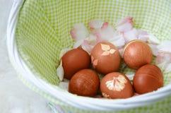 Uova di Pasqua Verniciate in cestino Fotografie Stock Libere da Diritti