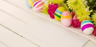 Uova di Pasqua verniciate con i fiori Immagini Stock