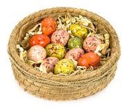 Uova di Pasqua verniciate variopinte in cestino marrone Fotografie Stock