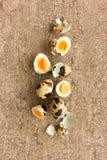 Uova di quaglia, bollito duro, intero, divise in due e coperture fotografia stock libera da diritti