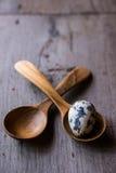 Uova di quaglia in cucchiai di legno Fotografie Stock Libere da Diritti