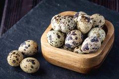 Uova di quaglia dell'azienda agricola di Eco su fondo di legno scuro Il concetto della casa ha prodotto l'alimento naturale Fotografia Stock Libera da Diritti