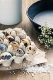 Uova di quaglia dentro su un fondo di legno Immagine Stock Libera da Diritti
