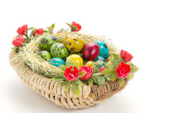 Uova di quaglia di Pasqua in un canestro di vimini Immagine Stock