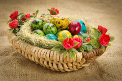 Uova di quaglia di Pasqua in un canestro di vimini Fotografia Stock Libera da Diritti