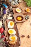 Uova di quaglia ed uova di quaglia fritte di delizioso Fotografie Stock Libere da Diritti