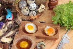 Uova di quaglia ed uova di quaglia fritte di delizioso Fotografie Stock