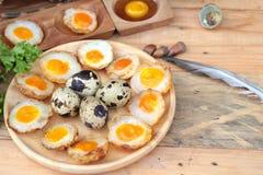 Uova di quaglia ed uova di quaglia fritte di delizioso Immagini Stock