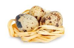 Uova di quaglia fresche su fondo isolato immagine stock